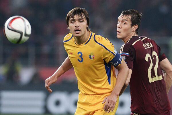 Защитник сборной Молдавии Александр Епуряну (слева) и нападающий сборной России Артем Дзюба