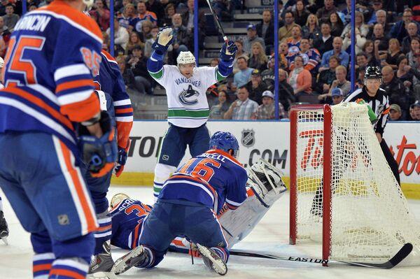 Игровой момент матча НХЛ Эдмонтон - Ванкувер