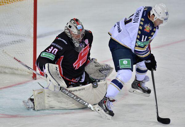Игрок ХК Сочи Артем Демков (справа) и вратарь ХК Авангард Константин Барулин