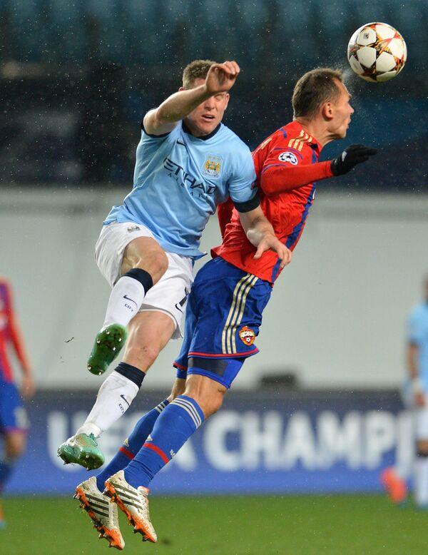 Защитник ЦСКА Сергей Игнашевич (справа) и полузащитник Манчестер Сити Джеймс Милнер