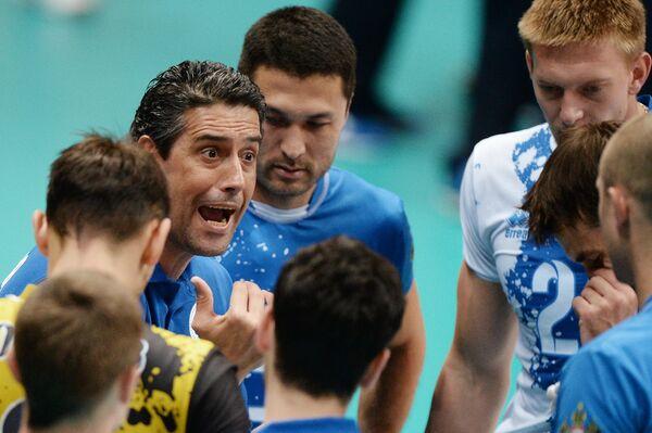 Главный тренер Динамо (Краснодар) Марсело Фронковяк (слева) вместе с игроками своей команды