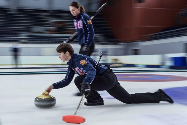 Игрок сборной команды Россия-2 по керлингу Ольга Жаркова (слева)