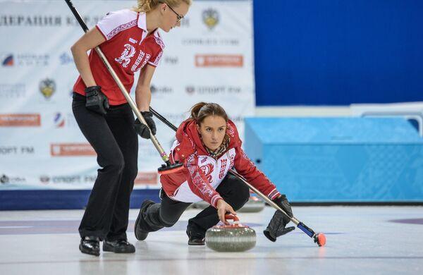 Игроки сборной команды Россия-1 по керлингу Александра Саитова (слева) и Анна Сидорова