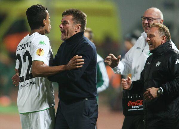 Полузащитник Вольфсбурга Луис Густаво и главный тренер Вольфсбурга Дитер Хеккинг (слева направо)