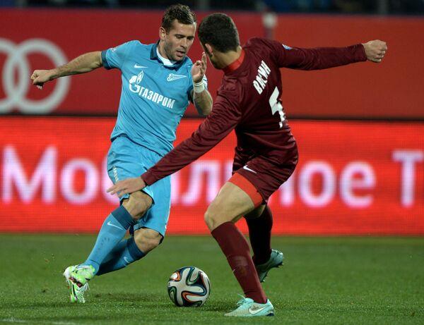 Форвард Зенита Александр Кержаков (слева) и защитник Мордовии Виктор Васин.