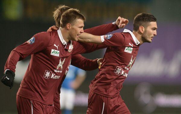 Футболисты ФК Рубин Максим Канунников и Магомед Оздоев (справа) радуются забитому голу.