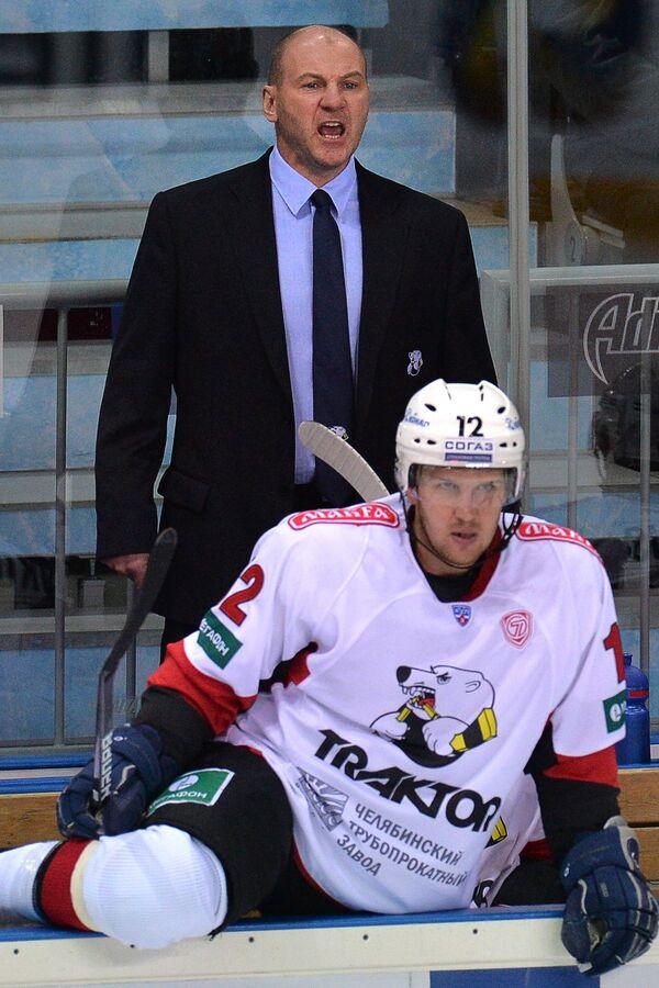 Главный тренер ХК Трактор Андрей Николишин (слева) дает указания игрокам