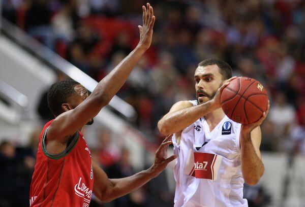 Форвард Локомотив-Кубань Деррик Браун (слева) и форвард ПАОК Костас Какарудис.