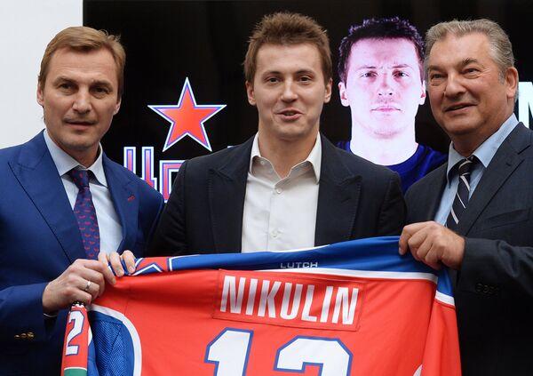 Александр Никулин (по центру)