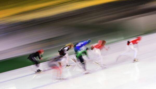 Спортсменки на дистанции масс-старта в соревнованиях по конькобежному спорту среди женщин на Открытом Кубке Москвы