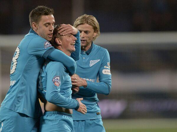 Защитник Зенита Милан Родич, полузащитник Андрей Аршавин, полузащитник Анатолий Тимощук (слева направо) радуются забитому мячу.