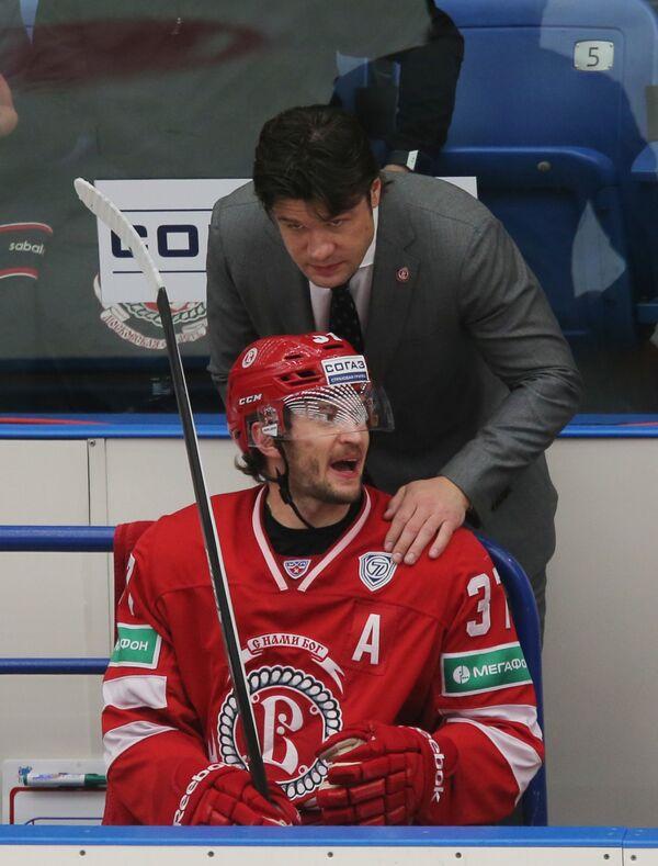 Защитник Витязя Денис Гребешков (слева) и главный тренер Витязя Олег Ореховский.