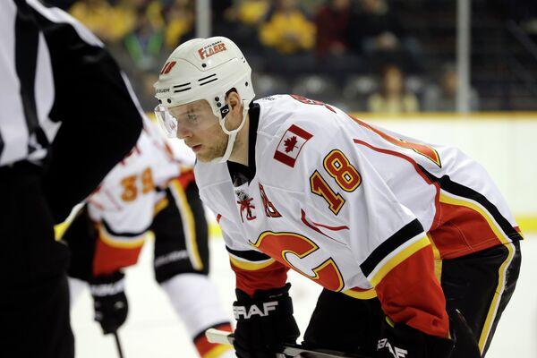 Канадский форвард клуба НХЛ Калгари Флэймз Мэтт Стэйджан