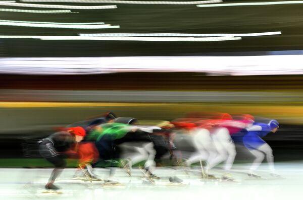Спортсменки на дистанции масс-старта в соревнованиях по конькобежному спорту