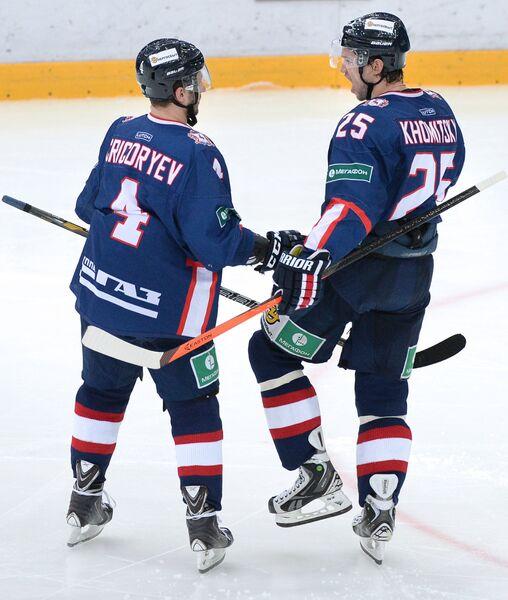 Защитники ХК Торпедо Михаил Григорьев (слева) и Вадим Хомицкий радуются заброшенной шайбе