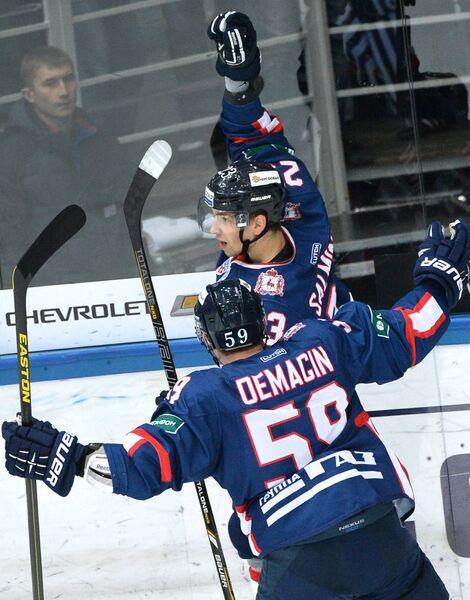 Хоккеисты Торпедо Сакари Салминен (справа) и Сергей Демагин радуются заброшенной шайбе
