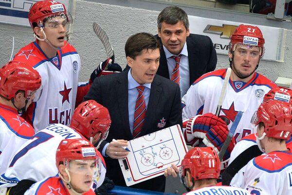 Главный тренер ПХК ЦСКА Дмитрий Квартальнов и старший тренер Игорь Никитин (справа налево в центре)
