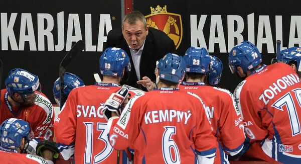 Главный тренер сборной Чехии Владимир Ружичка (в центре) дает указания игрокам