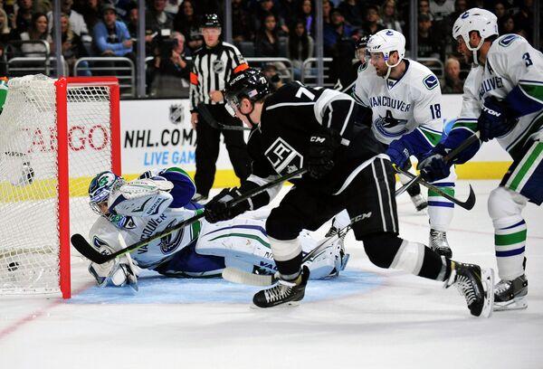 Хоккеист Лос-Анджелес Кингз Тайлер Тоффоли забрасывает шайбу в ворота Ванкувер Кэнакс