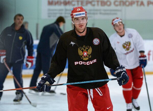 Нападающий сборной России по хоккею Николай Жердев (в центре)