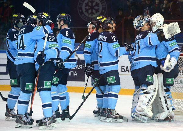 Хоккеисты Сибири радуются победе.