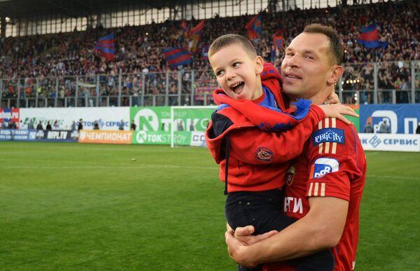 Защитник ЦСКА Сергей Игнашевич с сыном