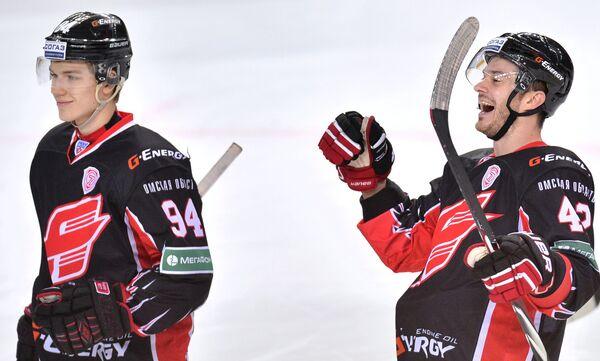 Хоккеисты Авангарда радуются заброшенной шайбе