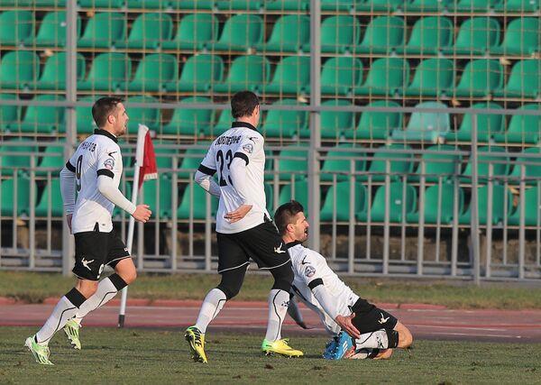 Футболисты Торпедо Кирилл Комбаров, Динияр Билялетдинов и Далибор Стеванович (слева направо)