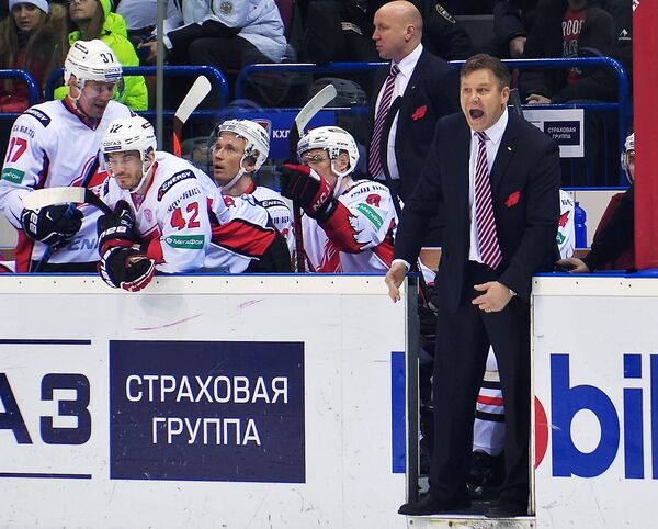 Главный тренер ХК Авангард Раймо Сумманен во время матча.