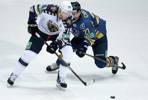 хоккеист Атланта Артем Чернов (справа) и хоккеист Сочи Райан Уитни