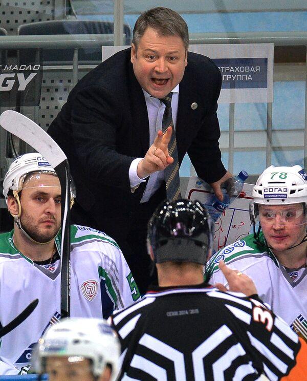 Главный тренер Салавата Юлаева Владимир Юрзинов (в центре)