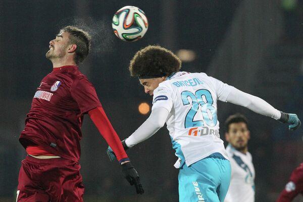 Игрок ФК Зенит Аксель Витсель (справа) и игрок ФК Мордовия Дамьен ле Таллек