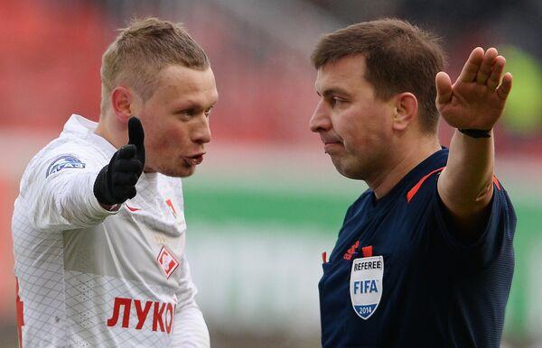 Защитник Спартака Евгений Макеев (слева) и главный судья Михаил Вилков.