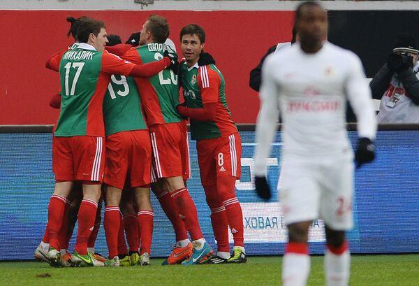 Игроки Локомотива радуются забитому голу.