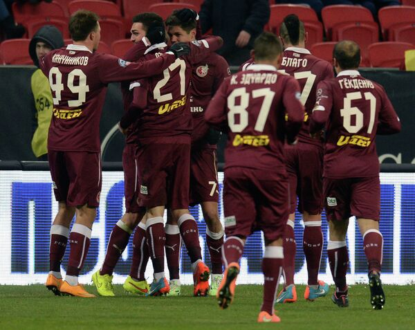 Футболисты Рубина радуются забитому голу в матче против Динамо.