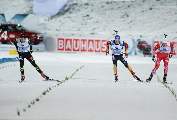 Биатлон. Слева направо: Мартен Фуркад (Франция), Доминик Ландертингер (Австрия), Ларс Хельге Биркеланд (Норвегия) на финише.