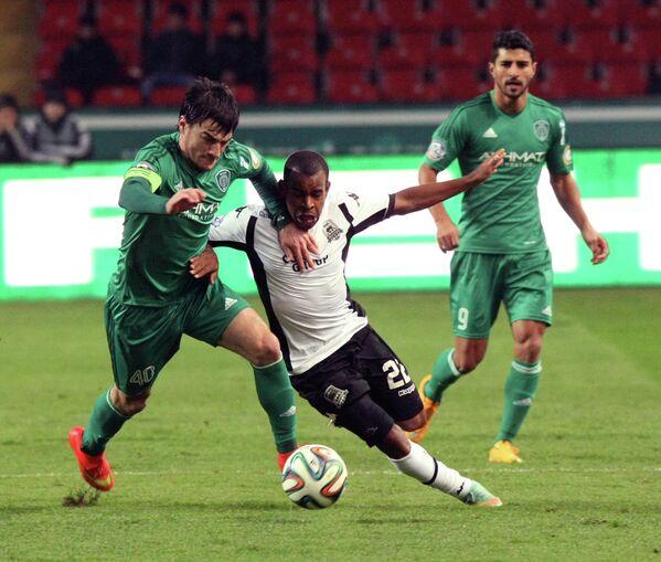 защитник Терека Ризван Уциев, полузащитник Краснодара Жоаозиньо и нападающий Терека Аилтон (слева направо).