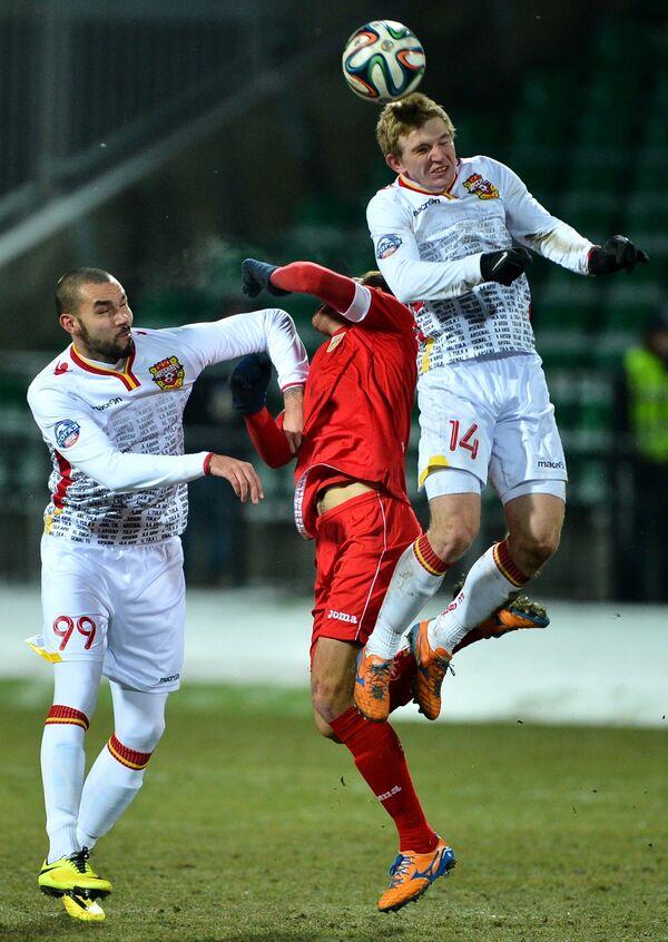 Футболисты Арсенала Максим Вотинов (слева) и Сергей Маслов (справа)