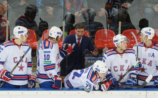 Вячеслав Быков (в центре) и хоккеисты СКА