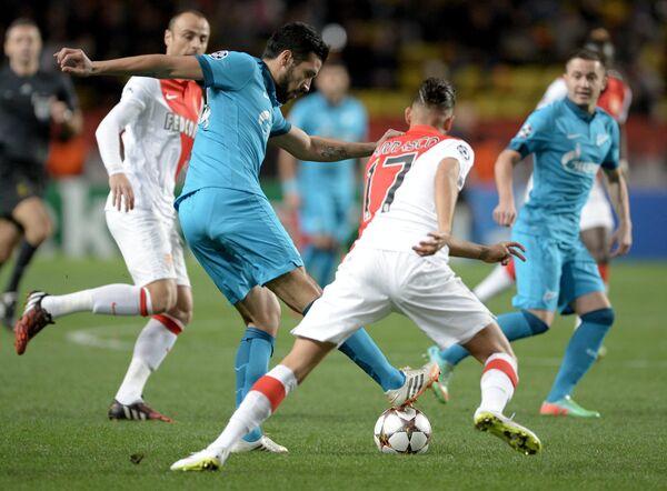 Защитник Зенита Эсекьель Гарай (слева) и нападающий Монако Янник Феррейра-Каррасо