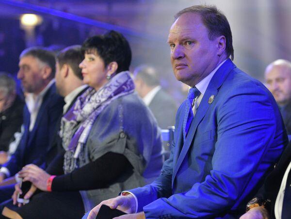 Промоутер Владимир Хрюнов наблюдает за ходом боксерских поединков