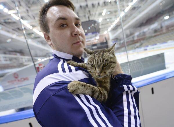 Кошка Матроска на руках видеооператора Адмирала Михаила Быкова