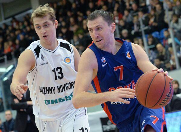 Защитник БК Нижний Новгород Дмитрий Хвостов (слева) и защитник ЦСКА Виталий Фридзон