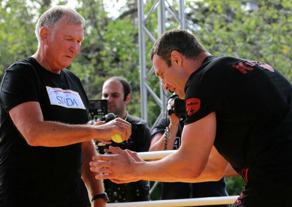 Украинский боксер Виталий Кличко (справа) и Фриц Здунек