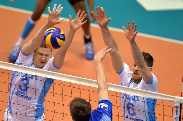Волейболисты клуба Зенит-Казань Николай Апаликов (слева) и Евгений Сивожелез