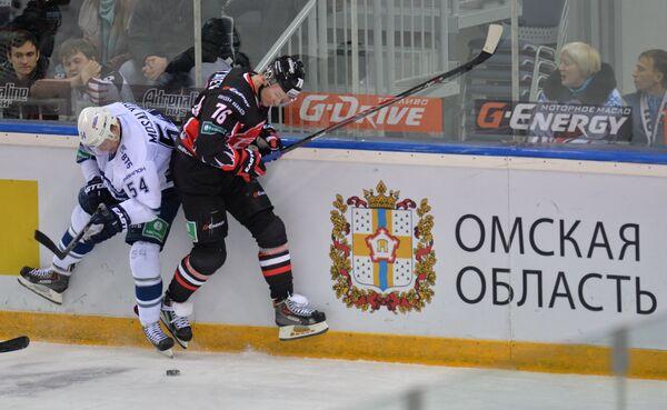 Форвард Авангарда Иван Непряев (справа) и форвард Динамо Денис Мосалев