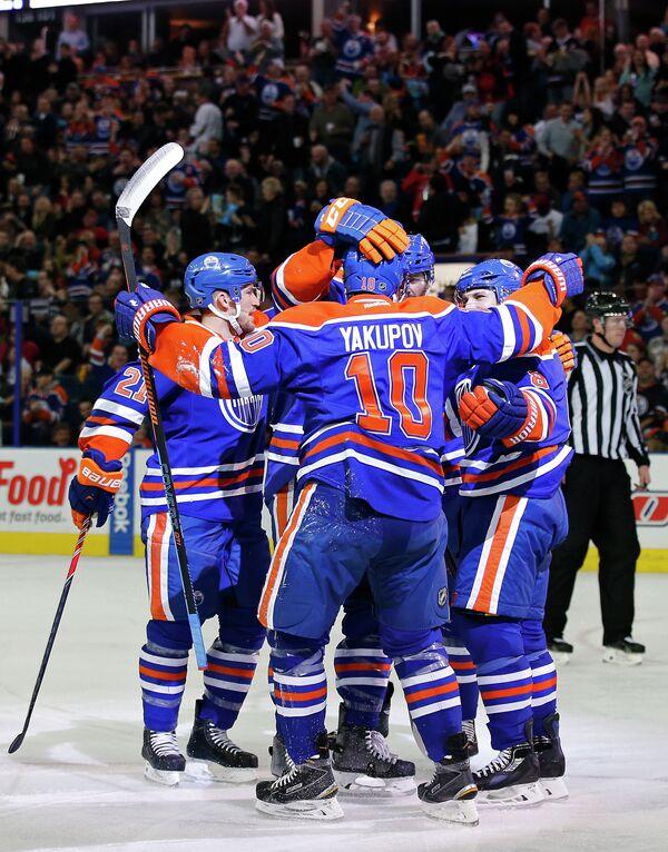 Хоккеисты Эдмонтона во главе с Наилем Якуповым (на первом плане)