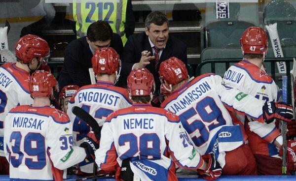 Главный тренер ЦСКА Дмитрий Квартальнов (справа на вторм плане)