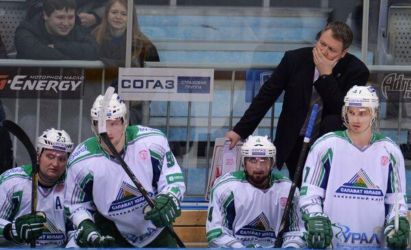 Главный тренер Салавата Юлаева Владимир Юрзинов (второй справа) и хоккеисты клуба