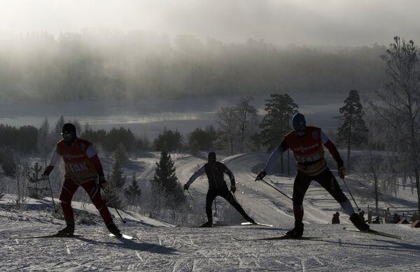 Лыжники на тренировке перед индивидуальной гонкой в соревнованиях по лыжным гонкам